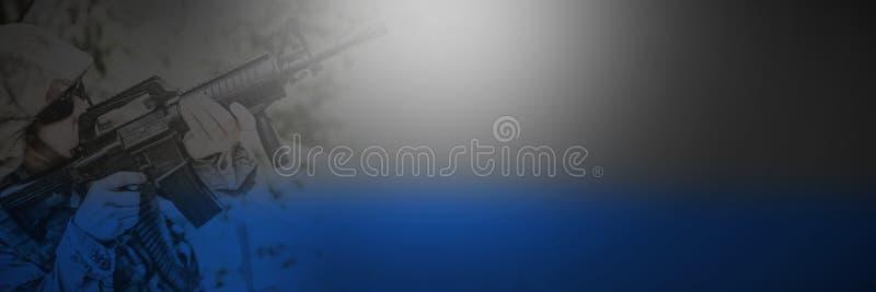 Opinión de alto ángulo el soldado militar que guarda con el rifle foto de archivo