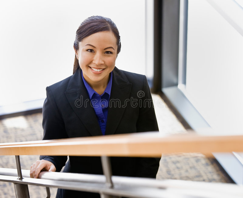 Opinión de alto ángulo la empresaria asiática feliz imagen de archivo