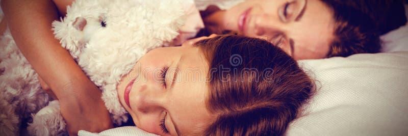 Opinión de alto ángulo la familia que duerme en cama foto de archivo