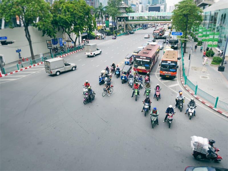 Opinión de alto ángulo de las motocicletas y de otros vehículos que esperan el semáforo de la calle imágenes de archivo libres de regalías