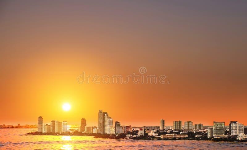 Opinión de alto ángulo sobre la ciudad en puesta del sol, señal de Pattaya en la ciudad del este de Tailandia fotografía de archivo libre de regalías