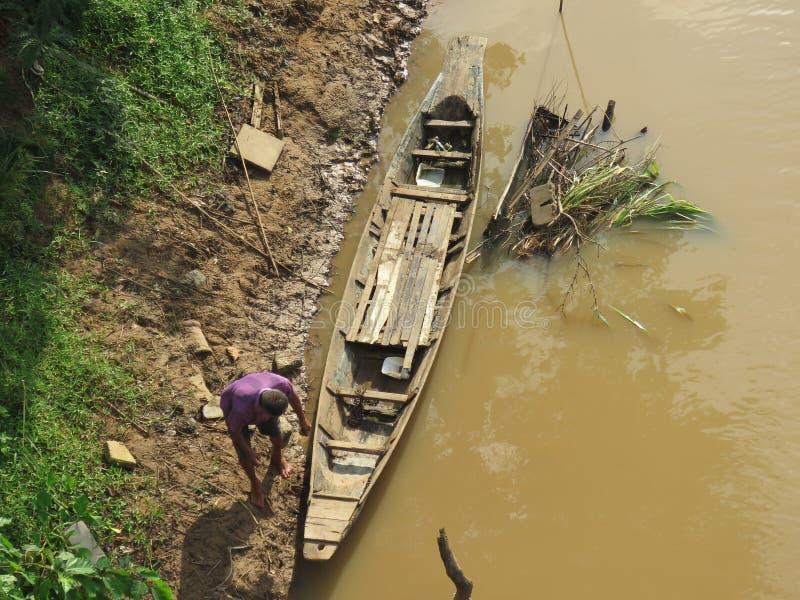 Opinión de alto ángulo - tráfico del río en la comunidad cerca del río de la ji - Khon Kaen fotografía de archivo