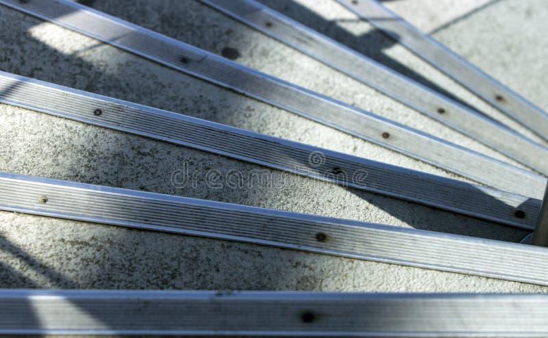 Opinión de alto ángulo de una serie de pasos concretos con las rayas protectoras del metal fotos de archivo libres de regalías