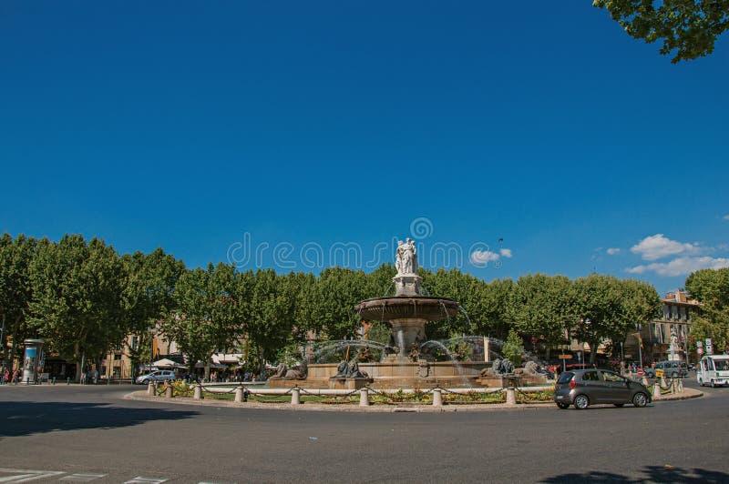Opinión de Anoramic del cruce giratorio, de la fuente y de coches en Aix-en-Provence imágenes de archivo libres de regalías