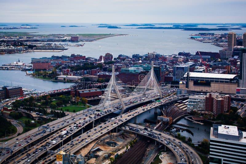 Opinión de Arial el Leonard P Puente conmemorativo del Bunker Hill de Zakim en Boston Massachusetts imágenes de archivo libres de regalías