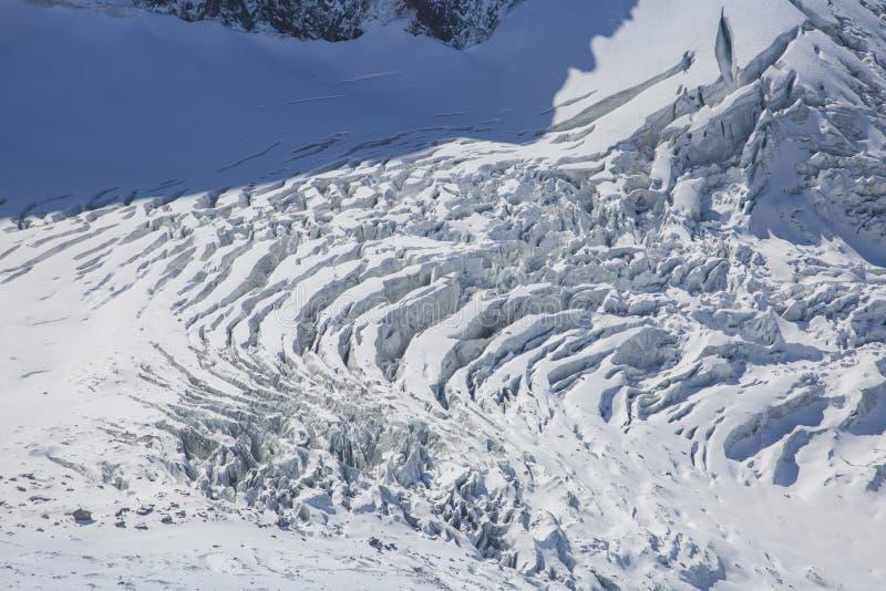 Opinión de Ariel de un glaciar cerca de Mont Blanc en las montañas francesas imagen de archivo libre de regalías