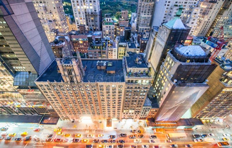 Opinión de arriba asombrosa de la noche de las calles y de los rascacielos de Manhattan foto de archivo