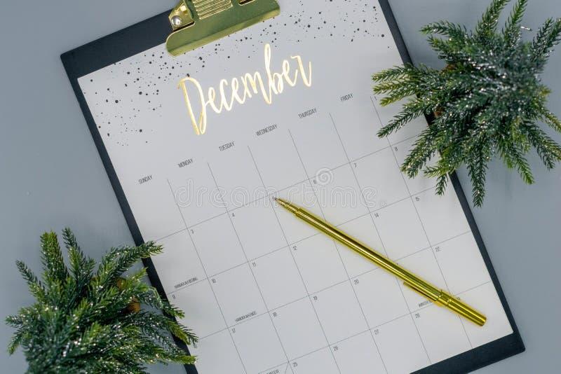 Opinión de arriba del calendario de diciembre fotos de archivo