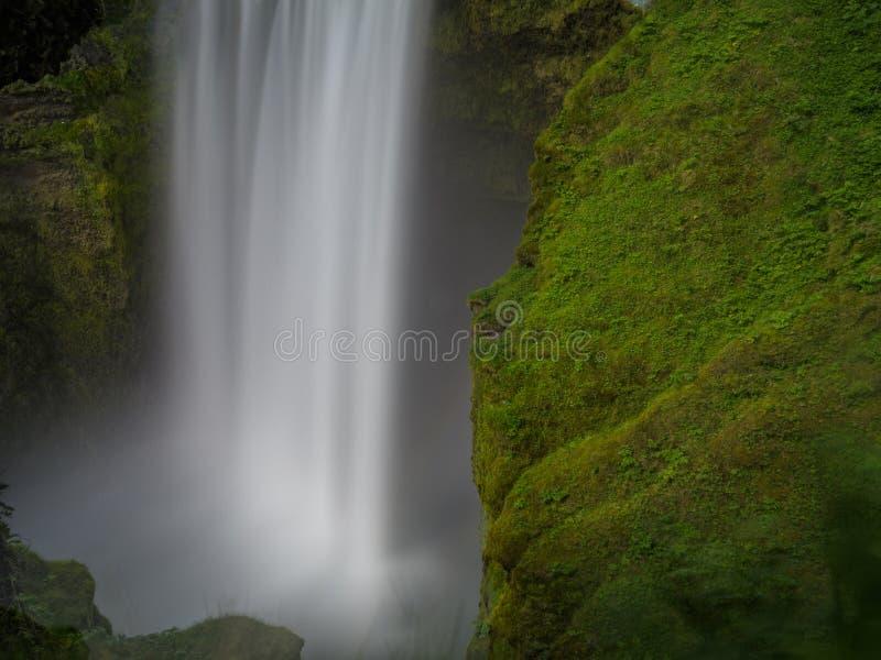 Opinión de arriba hacia abajo de la exposición ultra larga de la cascada de Skogafoss fotografía de archivo