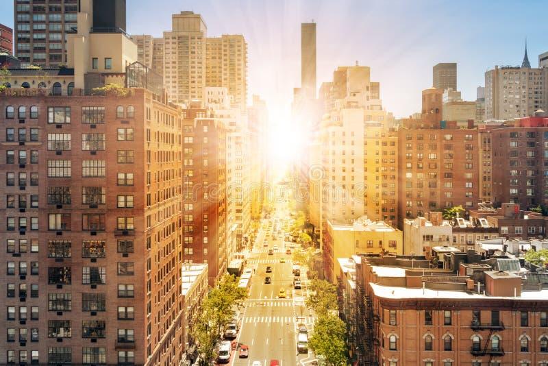 Opinión de arriba de la calle de New York City con la luz del sol que brilla en Midtown Manhattan foto de archivo libre de regalías