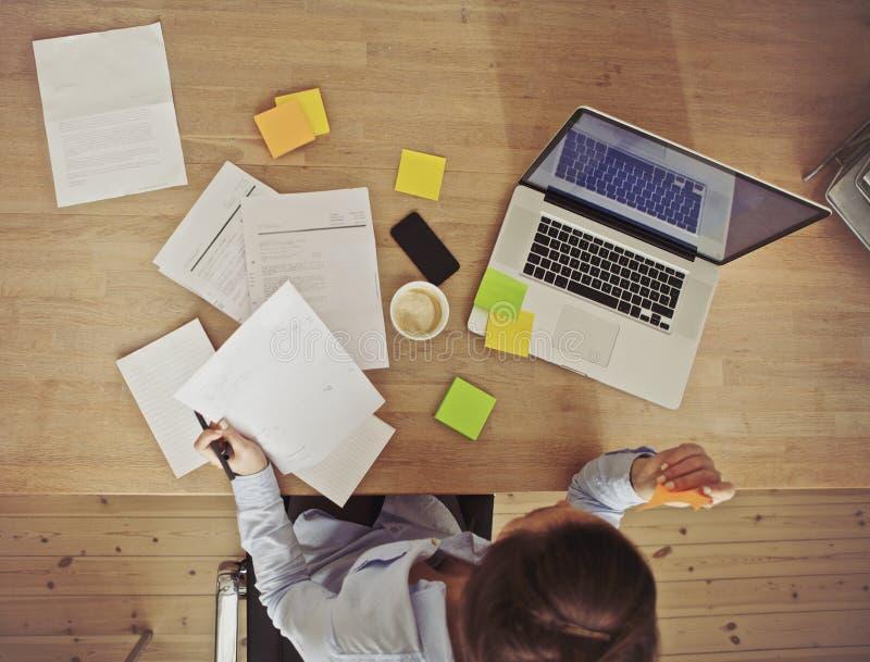 Opinión de arriba la empresaria que trabaja en el escritorio imagen de archivo