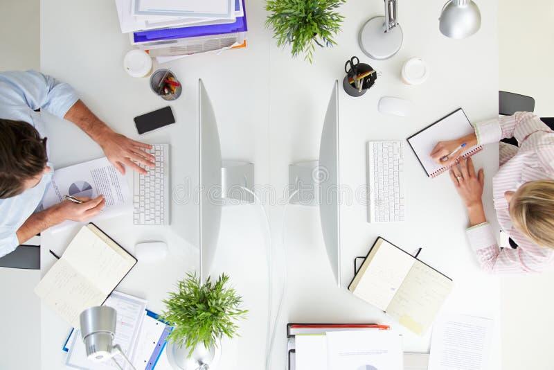 Opinión de arriba los empresarios que trabajan en el ½ del ¿de Computerï de la oficina foto de archivo