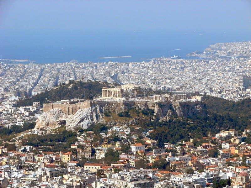 Opinión de Atenas: la acrópolis imagen de archivo libre de regalías