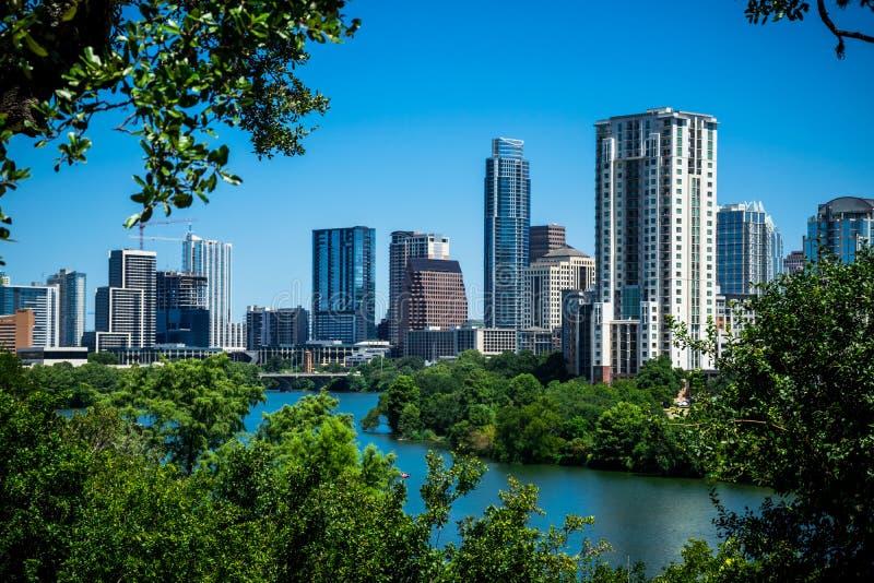 Opinión de Austin Texas Blue Sky Cityscape Skyline encima de la colina sobre la mirada del lago foto de archivo libre de regalías