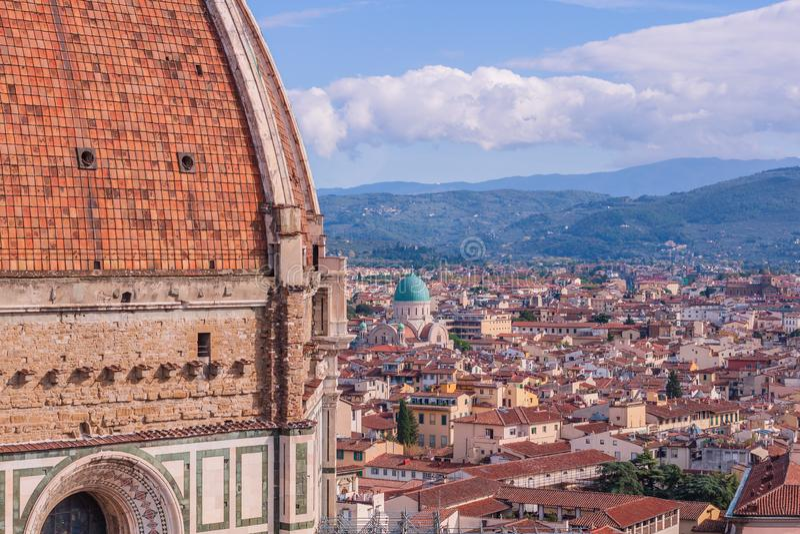 Opinión de Beautifu del horizonte de la ciudad, de las torres, de las basílicas, de los tejados rojo-tejados de casas y de las mo imágenes de archivo libres de regalías