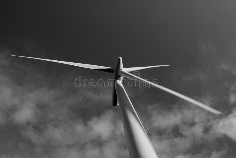 Opinión de Blacklaw Windfarm de la turbina en blanco y negro imagen de archivo libre de regalías