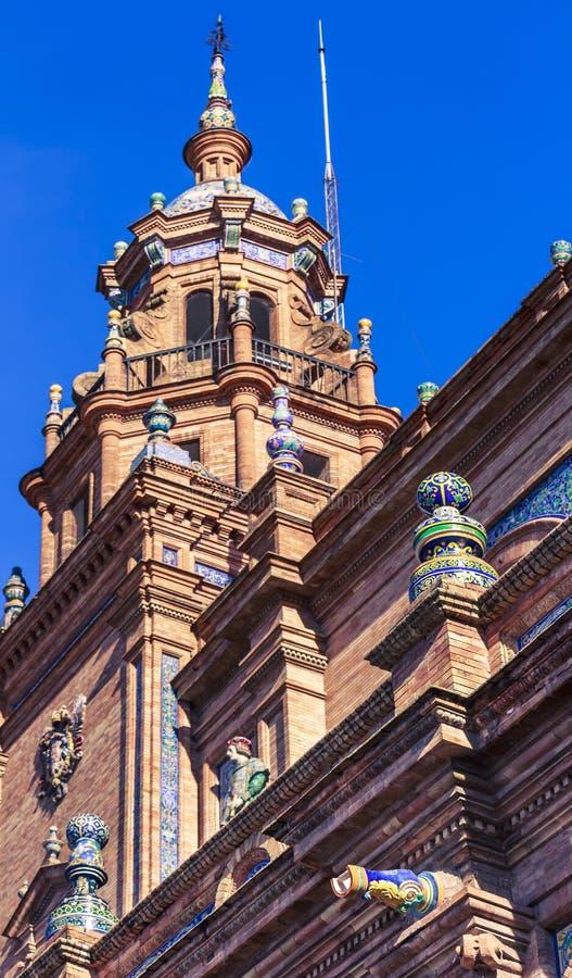 Opinión de Bottom Up de la torre izquierda del edificio central principal en el cuadrado de España imagenes de archivo