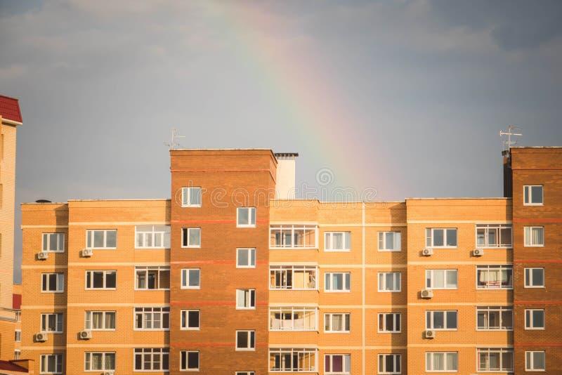 Opinión de Bottow de la fachada del nuevo edificio residencial de varios pisos con los bakconies hechos de ladrillo del biege imagen de archivo libre de regalías