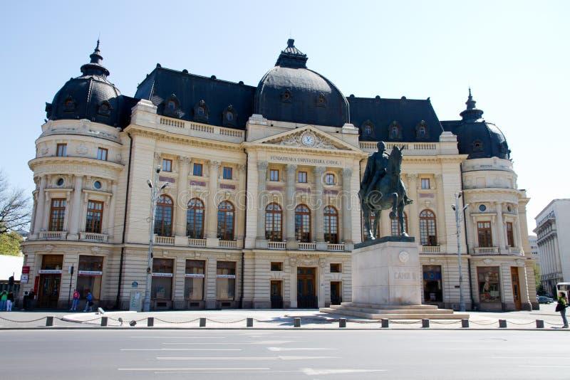 Opinión de Bucarest - estatua del villancico I y biblioteca central fotografía de archivo libre de regalías