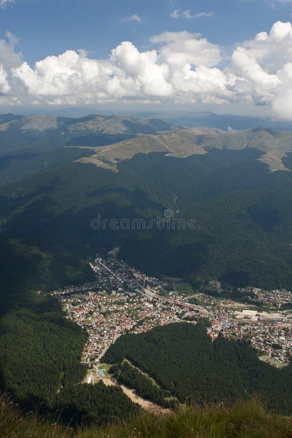 Opinión de Busteni de la montaña de Caraiman imagen de archivo