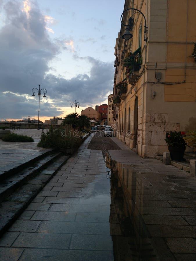Opinión de Cagliari Cerdeña en la oscuridad con la luz corta imagenes de archivo