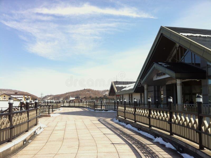 Opinión de cielo azul con las nubes blancas fuera de la estación de Karuizawa en invierno imagenes de archivo