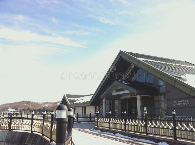 Opinión de cielo azul con las nubes blancas fuera de la estación de Karuizawa en invierno fotografía de archivo libre de regalías
