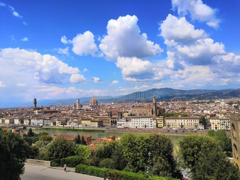 Opinión de cielo azul del río de los árboles de Firenze del viaje de la ciudad de la sol de la primavera de Florence Italy del dí fotos de archivo