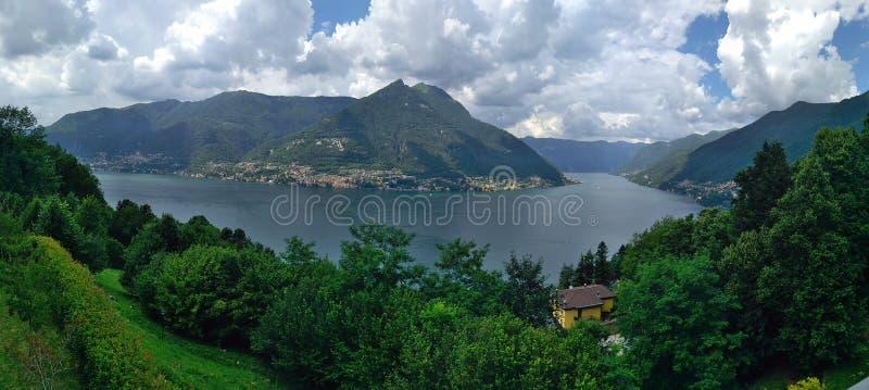 Opinión de Como del lago, nubes fotografía de archivo