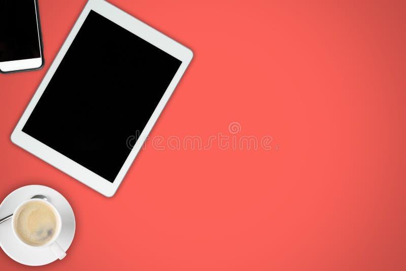 Opinión de escritorio de la oficina roja brillante con el teléfono móvil, la PC de la tableta y fotografía de archivo libre de regalías