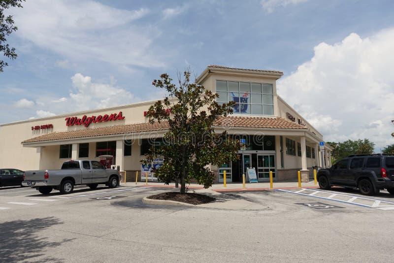 Opinión de exterior de la tienda de la farmacia de Walgreen fotos de archivo libres de regalías