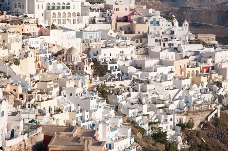 Opinión de Fira, la ciudad acantilado-encaramada que aturde principal en Santorini, miembro del panorama de las islas de Cícladas fotografía de archivo