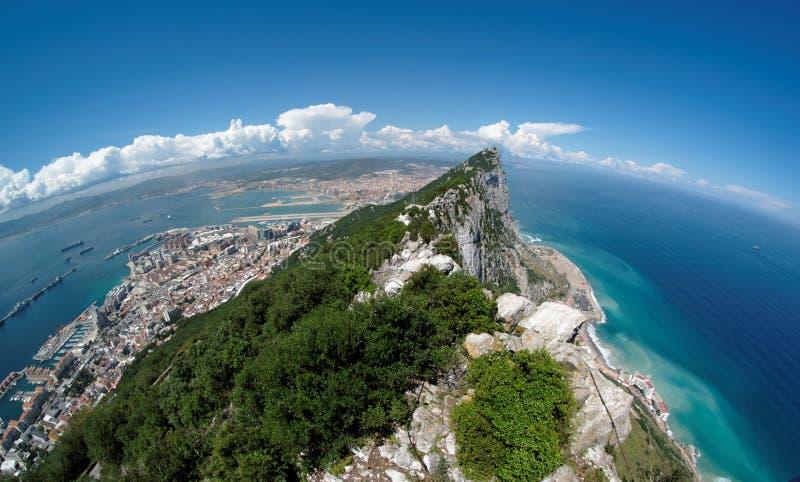 Opinión de Fisheye de la roca, de la bahía y de la ciudad de Gibraltar de imagen de archivo