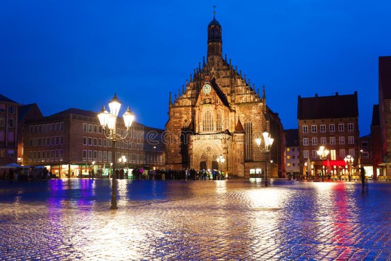 Opinión de Frauenkirche en la noche en Hauptmarkt fotografía de archivo libre de regalías