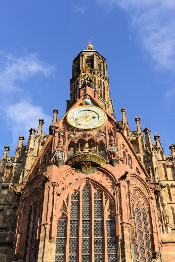 Opinión de Frauenkirche sobre el cuadrado de Hauptmarkt, Nuremberg imagen de archivo