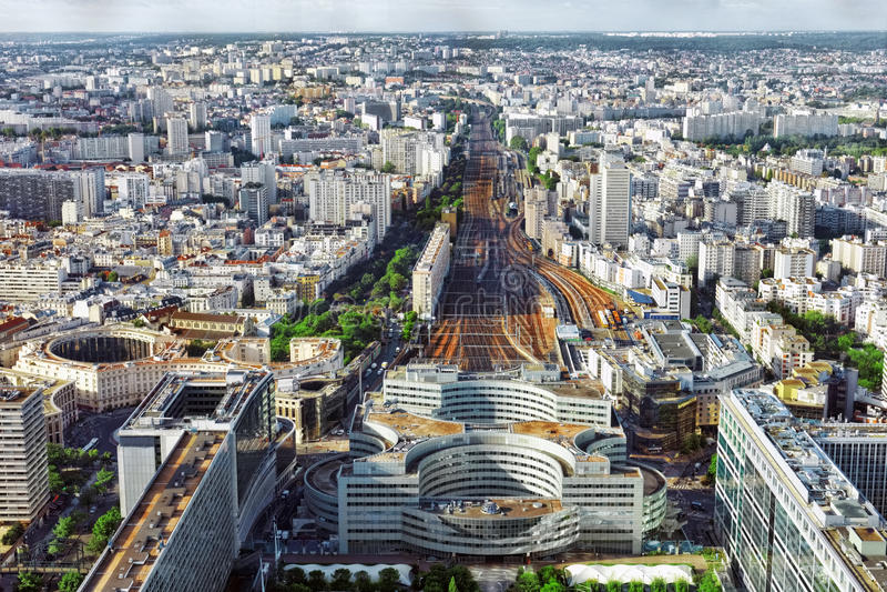 Opinión de Gare Montparnasse (ferrocarril) de la torre Montparnasse.P fotos de archivo