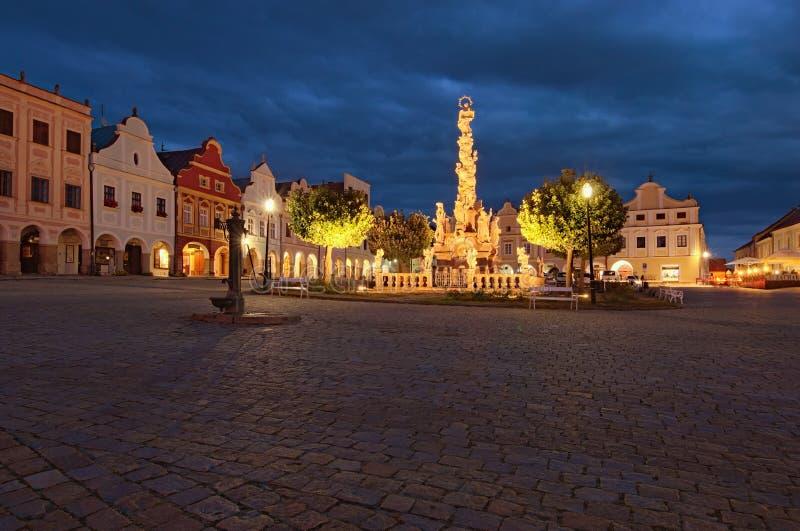 Opinión de igualación granangular del paisaje de la plaza principal de Telc con la columna de la plaga y renacimiento y casas col fotos de archivo