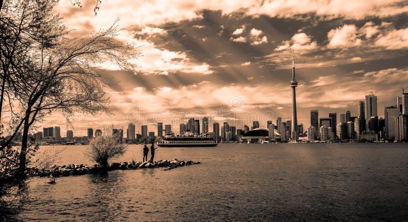 Opinión de invitación del paisaje que sorprende del horizonte de Toronto, centro de la ciudad en tiempo de oro oscuro de la puest imagen de archivo