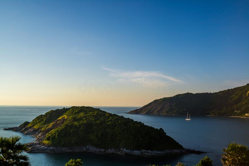 Opinión de Koh Keaw Yai Island de Leam PromThep Cape y del mar con el yate en Phuket imagen de archivo libre de regalías
