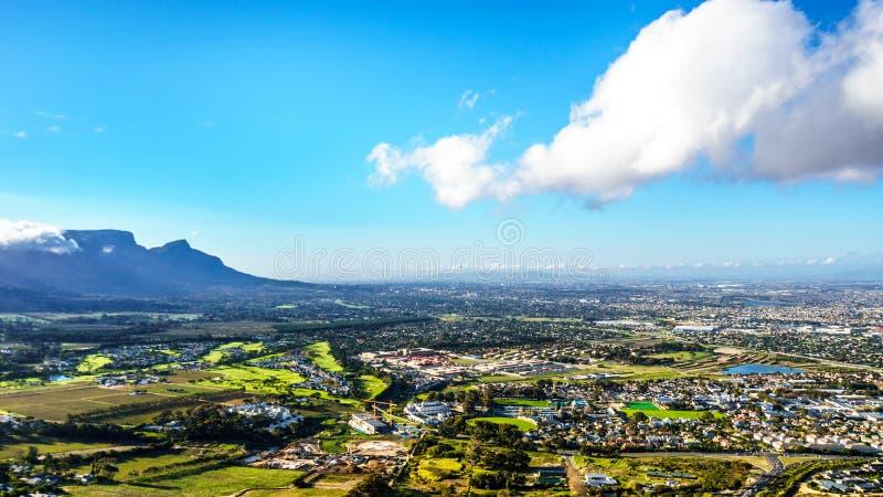 Opinión de la última hora de la tarde sobre el Western Cape con Cape Town y la montaña de la tabla foto de archivo