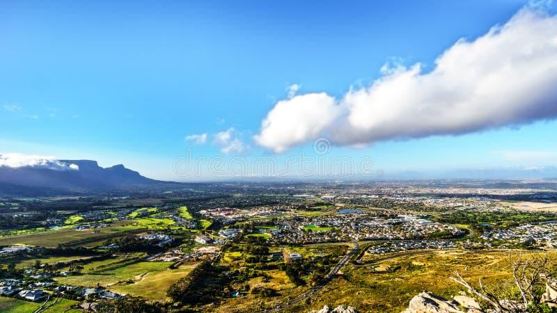 Opinión de la última hora de la tarde sobre el Western Cape con Cape Town y la montaña de la tabla imágenes de archivo libres de regalías