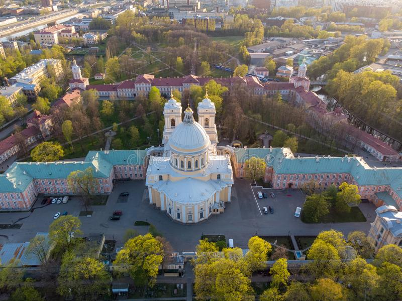 Opinión de la aleación de aluminio a la trinidad santa Alexander Nevsky Lavra Un complejo arquitectónico con un monasterio ortodo foto de archivo libre de regalías