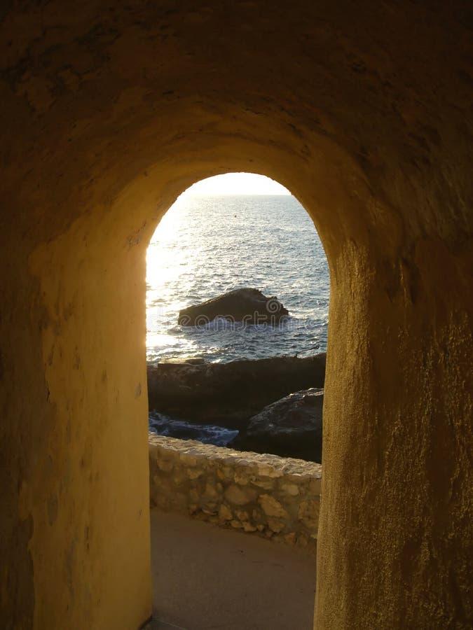Opinión de la arcada sobre orilla rocosa