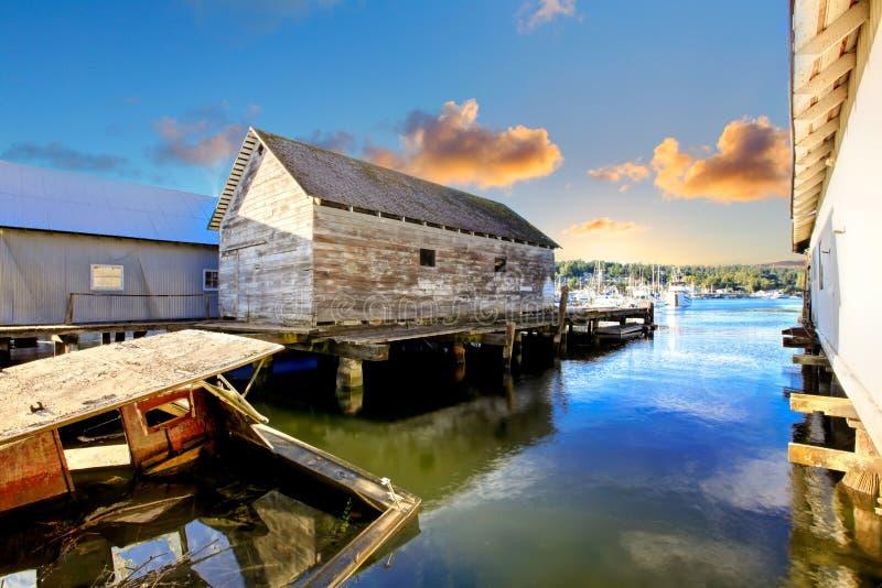 Opinión de la bahía con el barco de pesca destruido en Tacoma, WA fotografía de archivo