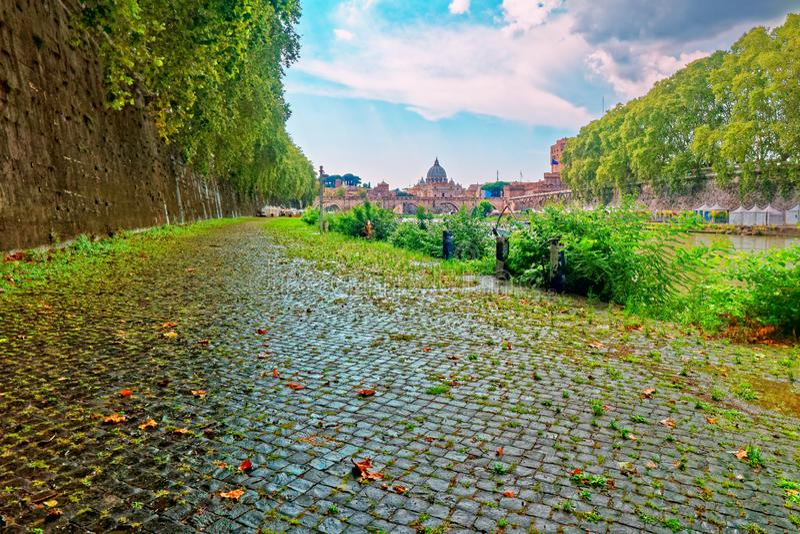 Opinión de la basílica del san peter del paisaje urbano de Roma del lado del río de Tíber imagen de archivo
