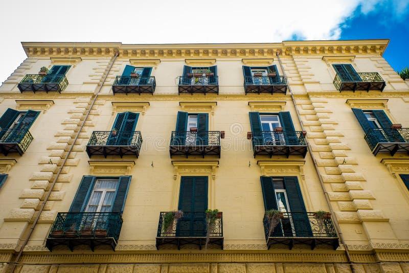 Opinión de la calle de la casa de la vida de la fachada en ciudad vieja en la ciudad de Nápoles, Italia Europa fotos de archivo libres de regalías
