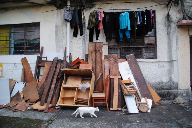 Opinión de la calle de Hong Kong - gato y madera del abandono foto de archivo