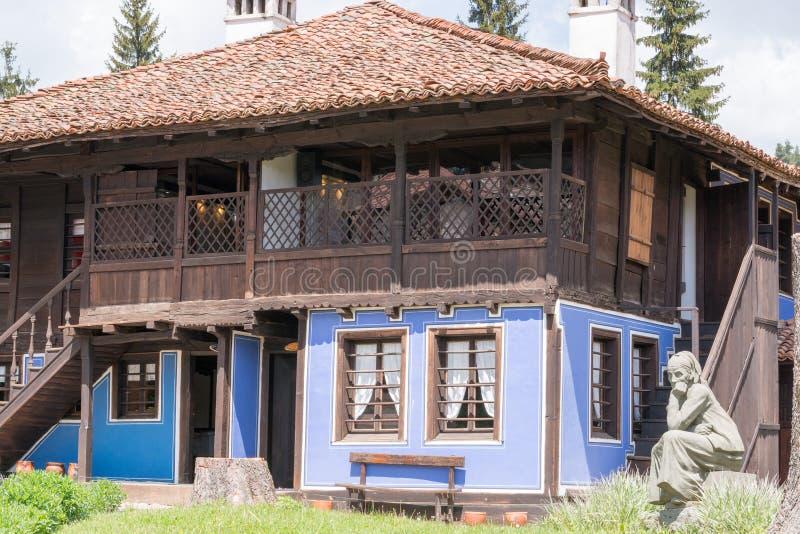 Opinión de la calle de la arquitectura búlgara típica, Koprivshtitsa foto de archivo