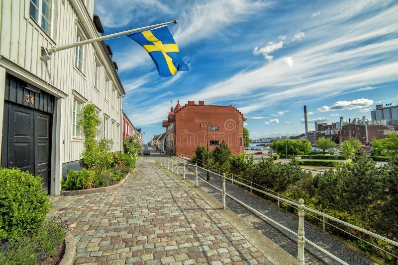 Opinión de la calle de la ciudad de Karlshamn con la bandera sueca imagen de archivo libre de regalías
