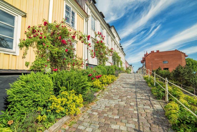 Opinión de la calle de la ciudad de Karlshamn con las flores color de rosa florecientes fotografía de archivo libre de regalías